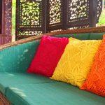 Декоративные подушки могут быть подобраны в цвете, не повторяющемся в других предметах интерьера