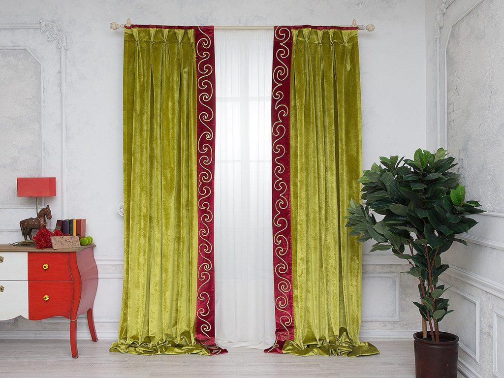 Длинные велюровые шторы в дизайне гостиной