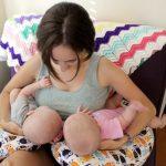 Для близнецов выпускаются подушки-подковы, позволяющие кормить обоих малышей одновременно