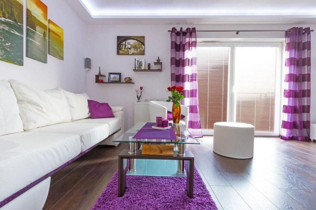 Шторы с фиолетовыми полосками на окне гостиной
