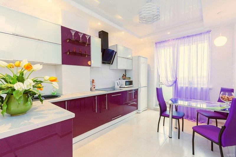 Нежная тюль фиолетового оттенка на окне кухни