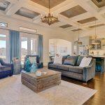 Интерьер большой гостиной с деревянным полом