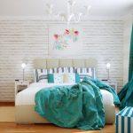 Бирюзовый текстиль в белой спальне