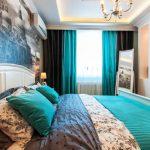 Бирюзовые подушки на кровати в спальне