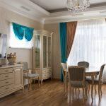 Коричневые и бирюзовые шторы на окне комнаты в стилем классика