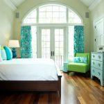 Интерьер спальной комнаты с арочным окном