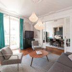 Серая мебель в белой гостиной