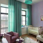 Кроватка для младенца в углу комнаты