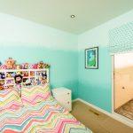 Полосатый текстиль на детской кровати