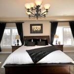 Люстра на потолке большой спальни
