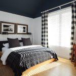 Клетчатые занавески в спальне с черным потолком