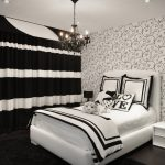 Полосатые шторы в спальном помещении