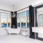 Дизайн большой ванной комнаты с окнами