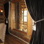 Черные портьеры в бревенчатом доме