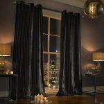 Темные шторы до пола в гостиной комнате