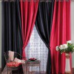 Сочетание красных и черных штор в интерьере