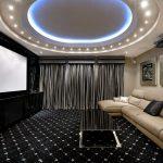 Дизайн гостиной с черным полом