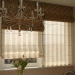 Полосатые римки на окне в гостиной