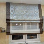 Две римские шторы на кухонном окне