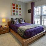 Деревянная кровать в спальне загородного дома