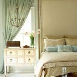 Люстра из проволоки на потолке спальни