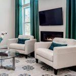 Мягкие кресла в гостином помещении