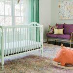 Большие игрушки в комнате для новорожденного