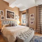 Декорирование спальни фотографиями в рамках