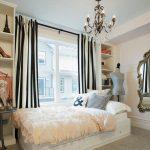 Большое зеркало на стене спальни