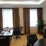 Темные портьеры на окнах офисного помещения