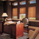 Ватман на деревянном столе в кабинете