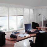 Офисная мебель в белой комнате