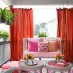 Красные шторы на террасе частного дома
