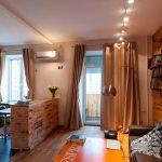 Коричневые шторы в кухне-гостиной