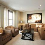 Угловой диван с коричневой обивкой