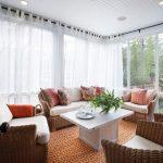 Зона отдыха в гостиной с панорамными окнами