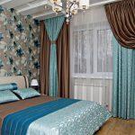 Двойные шторы с подхватами в интерьере спальной