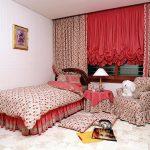 Красные занавески в спальне для девушки