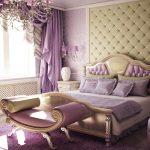 Фиолетовая спальня с деревянной кроватью