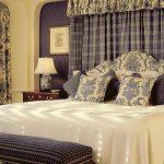 Пестрые наволочки на подушках в спальне