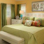 Зеленые шторы в спальне частного дома