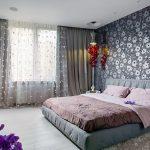 Спальня с серыми обоями в цветочек
