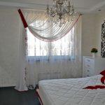 Стеклянная люстра на широкой кроватью