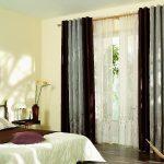Двухцветные шторы на люверсах в спальне сельского дома