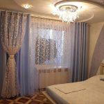 Бежевый тюль на окне спальни в панельном доме