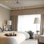 Кремовые шторы в спальном помещении