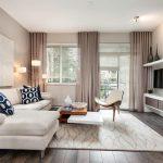 Дизайн просторного зала с серыми шторами