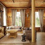 Интерьер зала в загородном доме из дерева