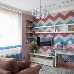 Геометрические узоры на стене гостиной
