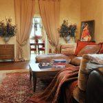 Интерьер гостиной со шторой на дверном проеме